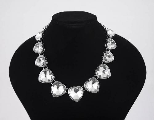 Mooie halsketting met hartvormige stenen
